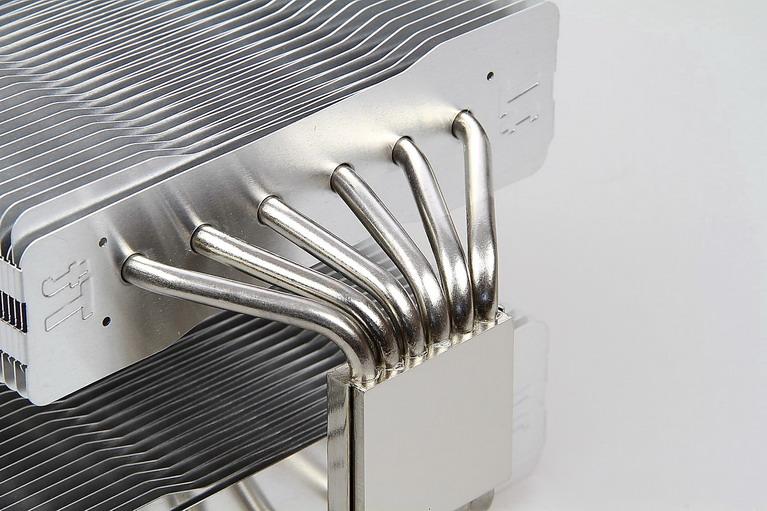 Heat pipes (τα σωληνάκια που διακρίνονται) μαζί με τα πτερύγια τους.