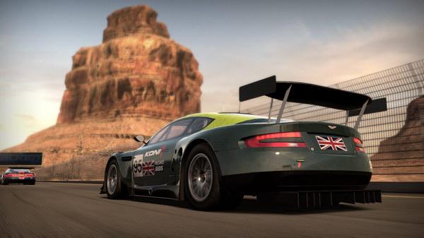 Προσέξτε το background, πίσω από την πανέμορφη Aston Martin.